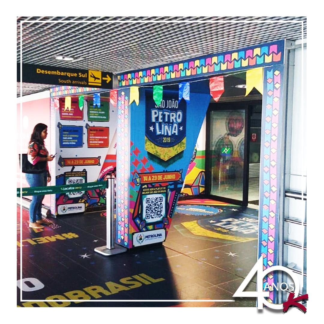 Vocês viram que bacana a ambientação do São João de Petrolina que está veiculando no aeroporto de Recife – PE?