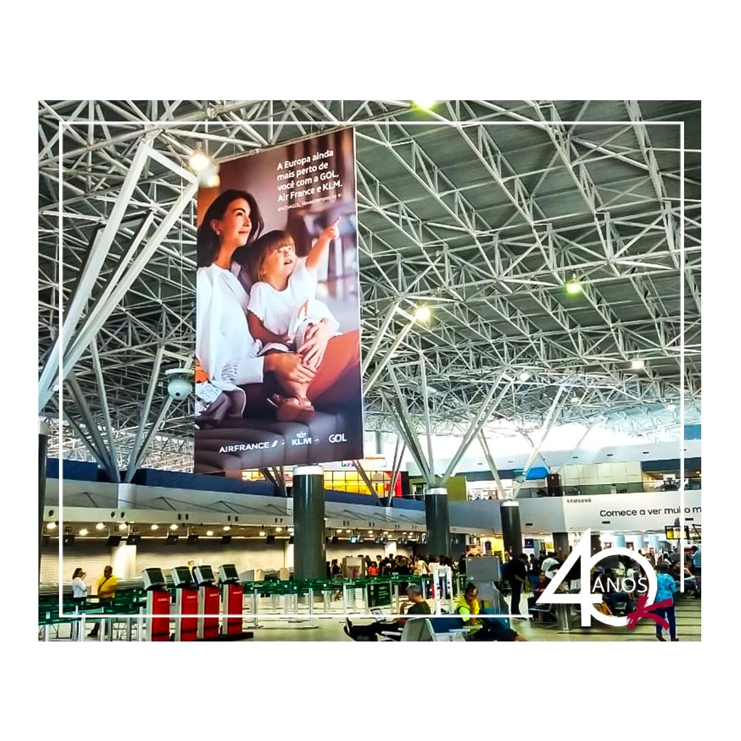 Mega Banner do Aeroporto de Recife com campanha da Gol ✈️