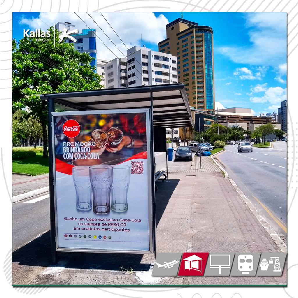 Abrigo com propaganda da Coca-Cola, onde para integrar as mídias on e off a marca aplicou um QR code que direciona o consumidor ao hotsite promocional.